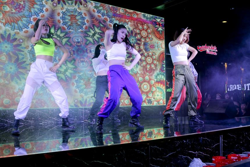 Tại chương trình, các đơn vị sẽ lần lượt trình diễn tiết mục đăng kí dự thi và được trực tiếp chấm điểm bởi chính những người có mặt trong sự kiện bằng cách phất cờ. 5 cô gái đến từ Viện Đào tạo Quốc tế FPT (FAI) là những người mở màn đêm diễn với phần nhảy Zumba đầy máu lửa.