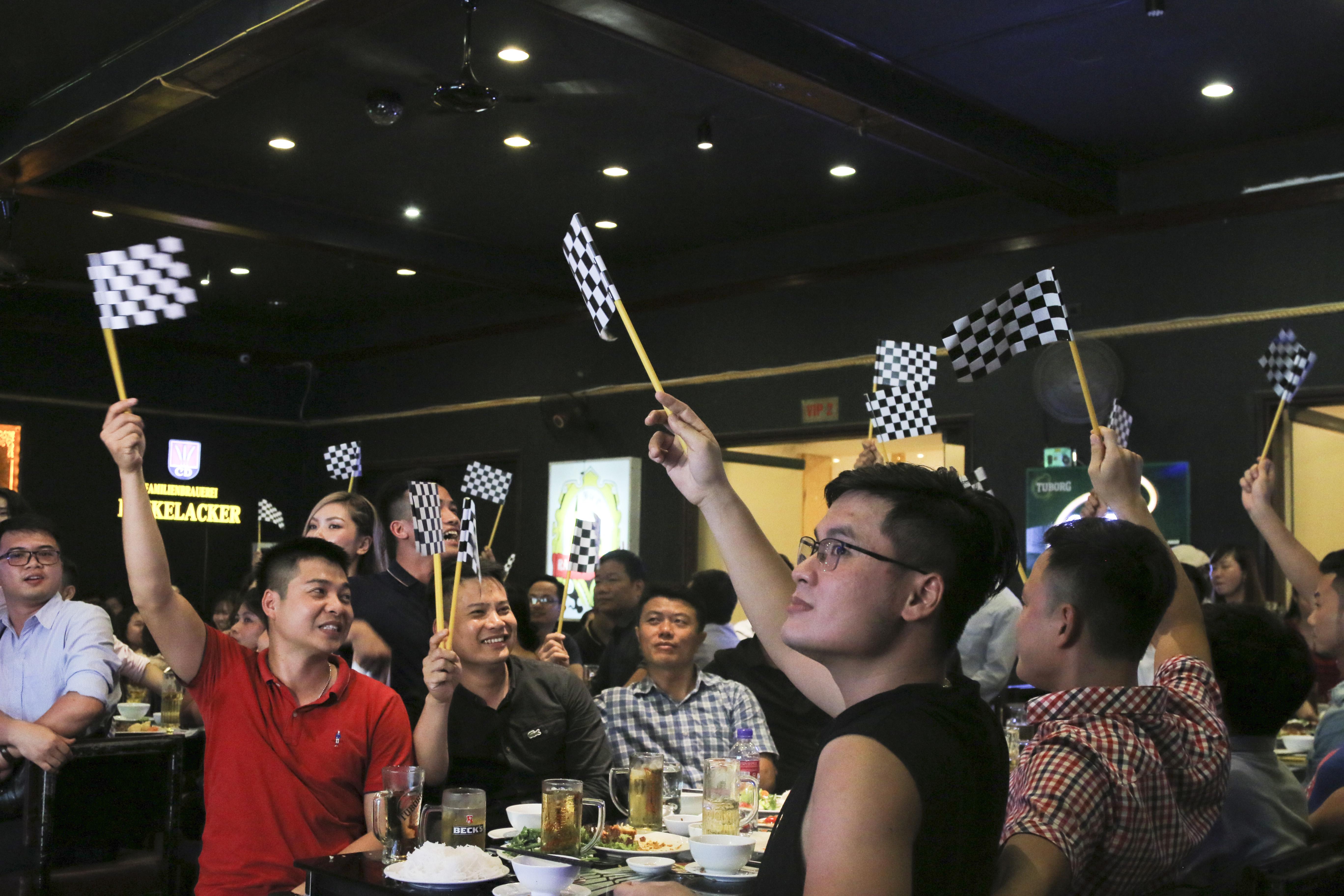 Phái mạnh hào hứng phất cờ để chấm điểm cho tiết mục của FAI.