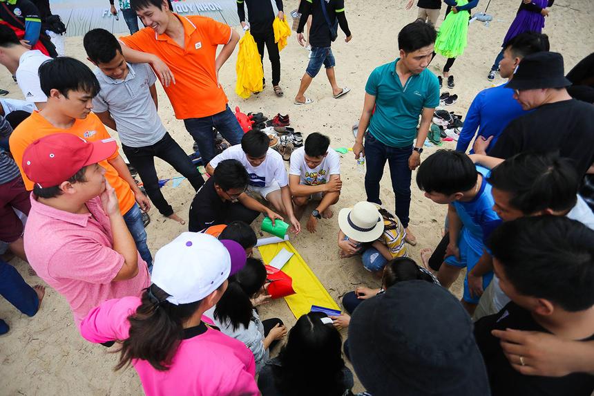 Các thành viên được chia thành 6 đội để tham gia tranh tài gồm Dragon, Con chim bé bỏng, Winner, Tên mình là gì, Nhào vô và Rainbow. Mở đầu, các thành viên nhận nhiệm vụ trang trí cờ của đội mình, thể hiện được ý nghĩa thông qua linh vật, slogan...