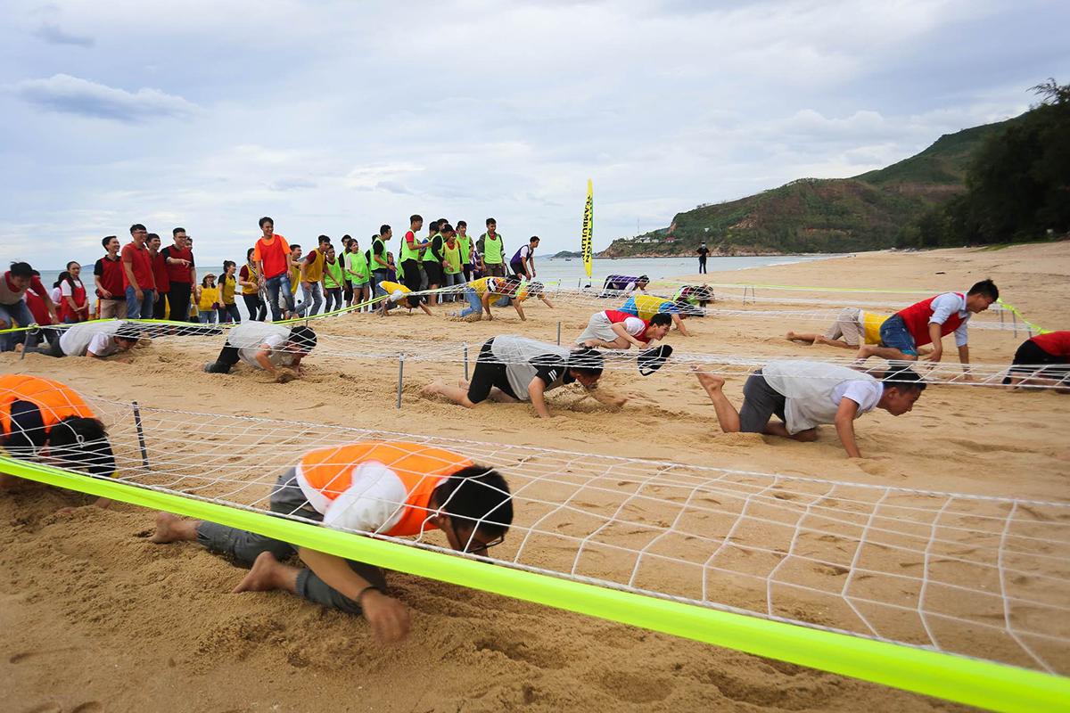 Dựng cờ thương hiệu là game cuối cùng của hội thao. Các đội bắt đầu bằng nhiệm vụ bò dưới cát, bên trên được bọc bởi lưới.