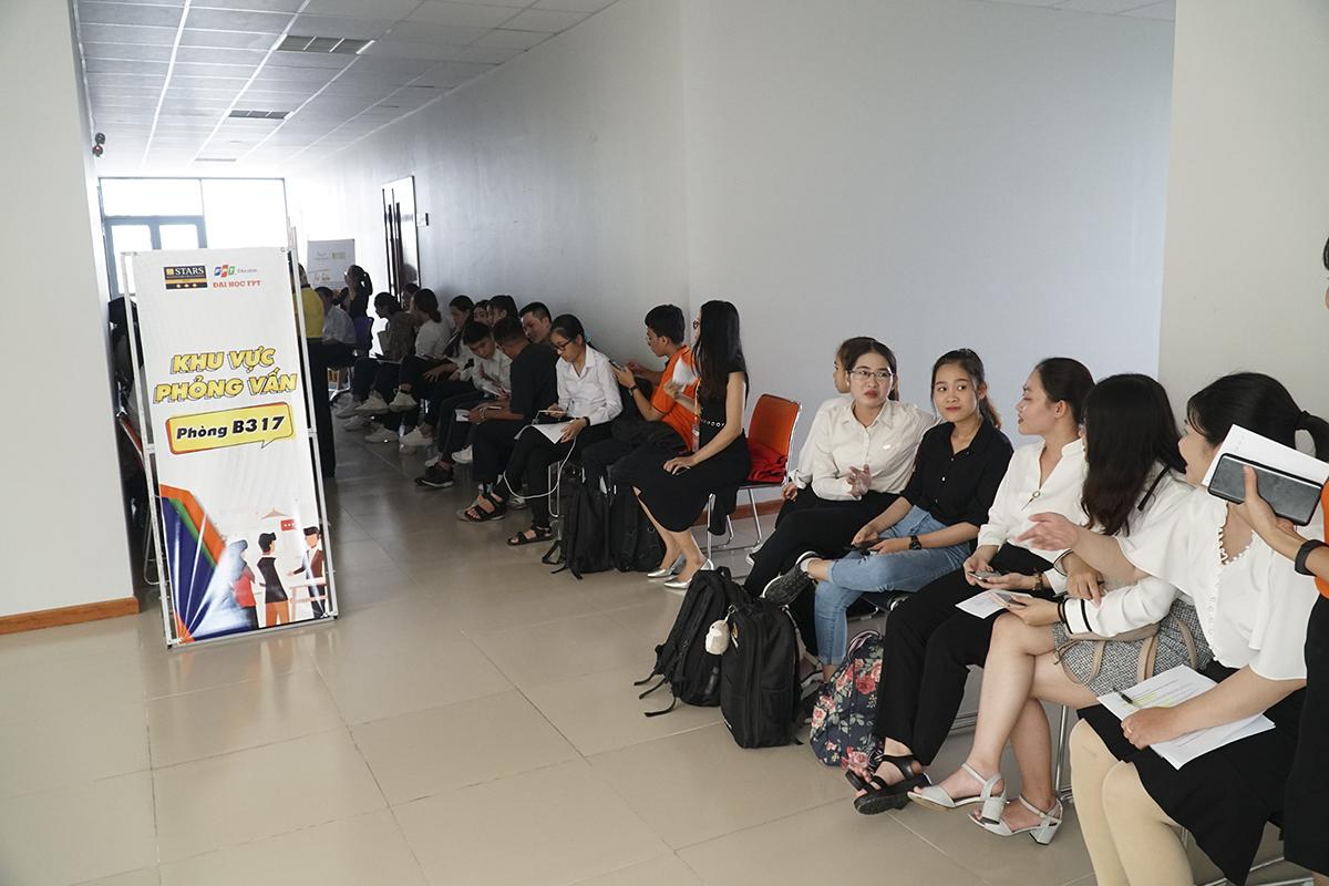 Sau buổi phỏng vấn, gần 100 sinh viên ngành Ngôn ngữ Nhật – Anh và Ngôn ngữ Anh – Trung đã đạt điều kiện bước vào học kỳ OJT (thực tập tại doanh nghiệp) của trường, trong đó có 6 sinh viên đã chính thức nhận được cơ hội thực tập và làm việc tại Nhật Bản.