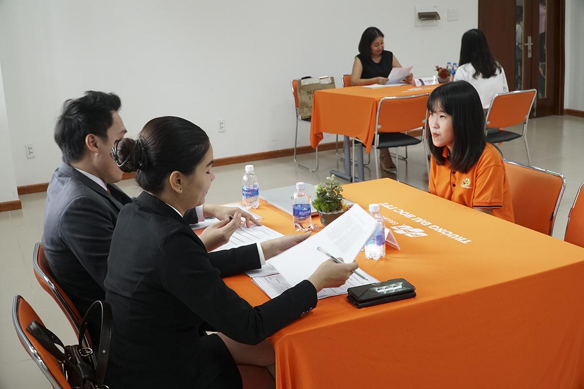 """Đến với buổi phỏng vấn, bạn Dương Thị Hồng Nhung, sinh viên K13 ngành Ngôn ngữ Anh – Trung chia sẻ: """"Em nhắm đến thực tập tại khách sạn Mường Thanh Cần Thơ. Em thấy khá tự tin với phần thể hiện của mình hôm nay. Các câu hỏi của doanh nghiệp xoay quanh chủ đề tìm hiểu về khách sạn Mường Thanh, em đã trải nghiệm và đánh giá như thế nào về những khách sạn đã từng đi, khi gặp những vấn đề khách hàng thì giải quyết như thế nào""""."""
