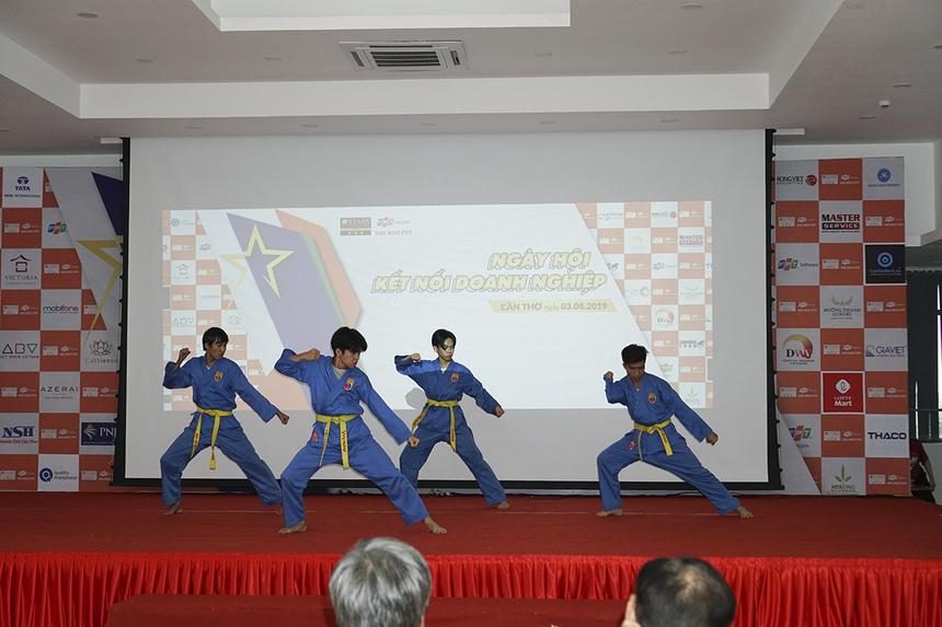 Các sinh viên ĐH FPT Cần Thơ trình diễn tiết mục đặc sản Vovinam đã làm nên thương hiệu của trường.