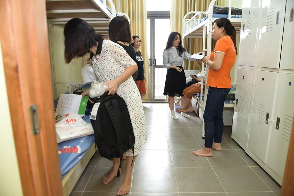 Năm nay, THPT FPT đã hoàn thành và đưa sử dụng một khu ký túc xá mới để đáp ứng số lượng học sinh mỗi năm tăng vọt. Sự phân chia ở các phòng trong mỗi Dom cũng thay đổi để nâng cao chất lượng chỗ ở cho các em. Cụ thể, học sinhnam lớp 10, lớp 12 ở Dom cũ, 24 người/phòng to.Toàn bộ học sinh nữ lớp 10, 11, 12 và nam lớp 11 ở Dom mới, 6 người/phòng nhỏ.Ảnh: THPT FPT.