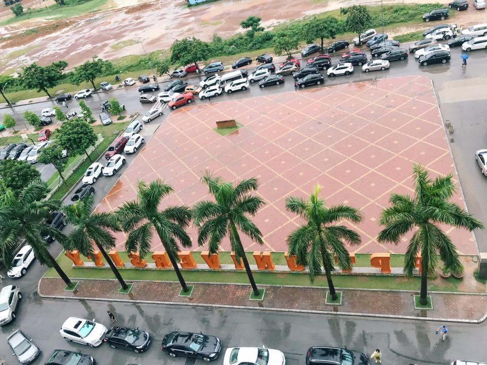 Trời mưa bão khiến hàng xe tắc dài ngay trước cổng trường ĐH FPT. Các tình nguyện viên phải rất vất vả làm việc để điều phối xe vào bãi. Theo Trưởng phòng Tuyển sinh THPT FPT Hoàng Cao Chung, đây là lần đầu tiên sau 7 năm, FSchool đón một lễ khai giảng trong điều kiện thời tiết khó khăn.Ảnh: THPT FPT.