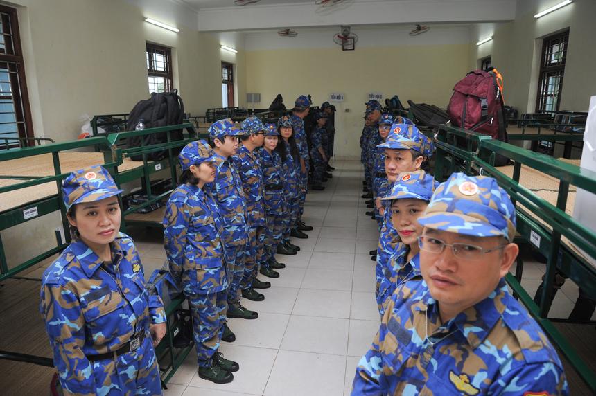 Lãnh đạo nhà F được phổ biến những kỷ luật của quân đội, học những bài học đầu tiên dành cho một tân binh như đội hình đội ngũ, gấp chăn màn...