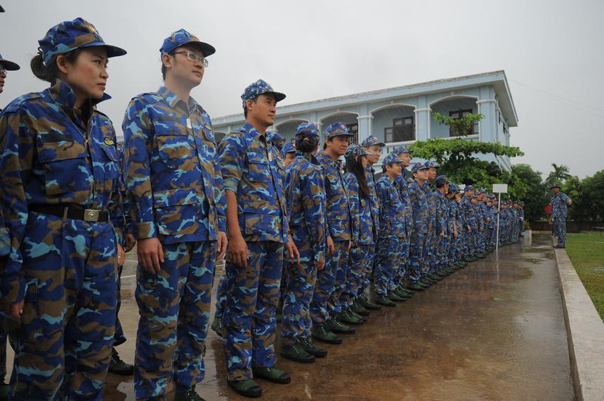 Bất chấp trời mưa nặng hạt, toàn bộ chiến sĩ FPT nghiêm chỉnh tham gia các bài huấn luyện sẵn sàng chiến đấu của lính hải quân đánh bộ. Thời tiết xấu lại là một điều kiện tốt để rèn luyện ý chí của người lính.