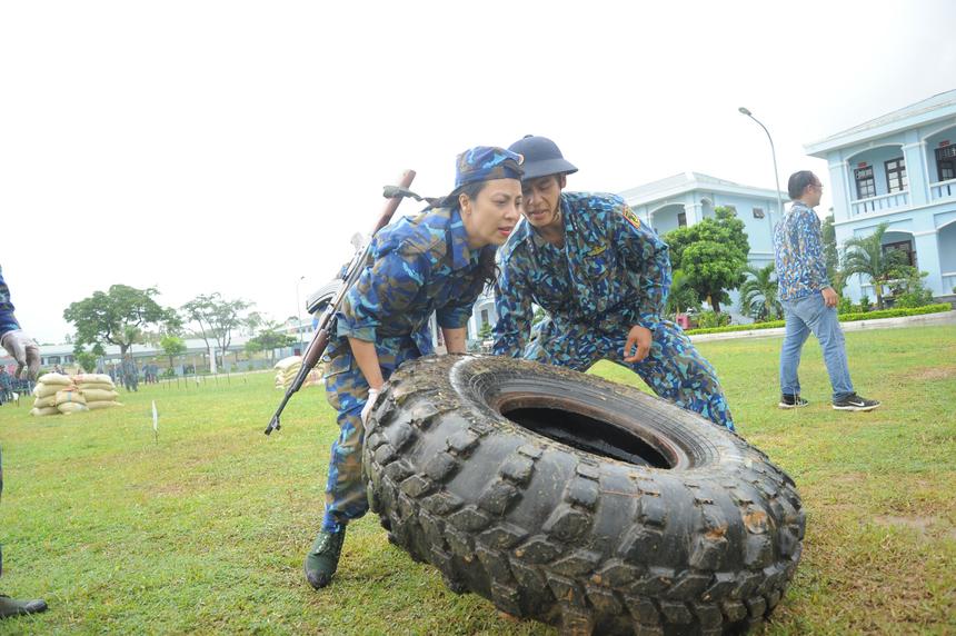 Những thử thách dành cho các chiến sĩ được huấn luyện chuyên nghiệp đã vắt kiệt sức các cán bộ FPT, những người chỉ quen làm việc trong văn phòng. Tuy vậy, không ai nhăn nhó mà thay vào đó là những nét mặt tươi vui rạng ngời. Nội dung lật lốp làm khó rất nhiều chiến sĩ. Đây được đánh giá là thử thách khó hơn cả. Chiếc lốp xe tải bên trong đầy nước mưa nặng gần 1 tạ khiến nhiều người phải chật vật, vận hết sức mới có thể nâng lên khỏi mặt đất.