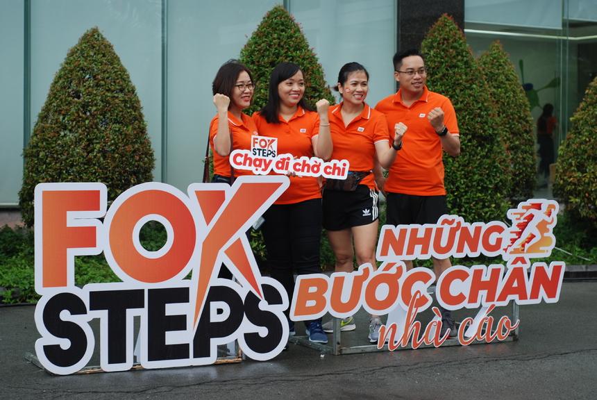 """Sự kiện được tổ chức tại sảnh tòa nhà FPT Tân Thuận. Trước khi sự kiện bắt đầu 5 phút, trời đổ mưa nhưng mọi công tác trong buổi lễ vẫn diễn ra bình thường và suôn sẻ. CBNV thích thú chụp hình với các hashtag mang tinh thần """"chạy""""."""
