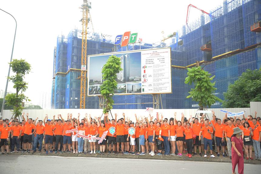 """FPT Tower là đích đến của toàn bộ CBNV nhà 'Cáo' trong buổi lễ phát động tại Hà Nội. Nằm trong top những người về sớm nhất, anh Trần Thanh Hải - GĐ Ban Công nghệ FPT Telecom cho biết: """"Đây là chương trình hữu ích, thiết lập thành thói quen cho mỗi CBNV. Tôi cũng cố gắng chạy 5km mỗi ngày để cơ thể luôn khoẻ mạnh""""."""