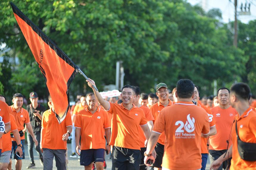 """Màu cam phủ khu chế xuất Tân Thuận sáng nay. Quãng đường di chuyển đầu tiên của """"đoàn vận động viên"""" FPT Telecom là khoảng 2km."""