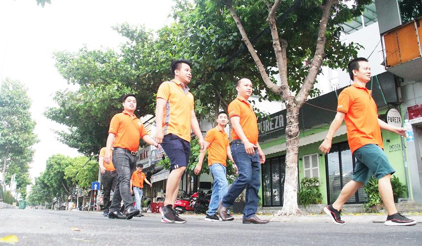"""""""Bản thân là nữ nhưng tôi vô cùng hào hứng khi tham gia đi bộ cùng mọi người. Lần đầu tiên dạy sớm và đi bộ giúp cơ thể thoải mái và tràn đầy năng lượng"""", chị Nguyễn Ngân Hạnh, nhân viên kinh doanh chi nhánh Đà Nẵng, nói."""
