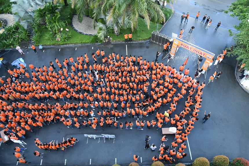Khoảnh khác người nhà 'Cáo' Sài Gòn chuẩn bị bắt đầu bước xuống đường những bước chân đầu tiên trong hành trình FoxSteps - chinh phục 13 vòng Trái Đất trong 31 ngày, nhằm gây quỹ đóng góp vào hoạt động xây dựng sân chơi cho trẻ em khắp cả nước.