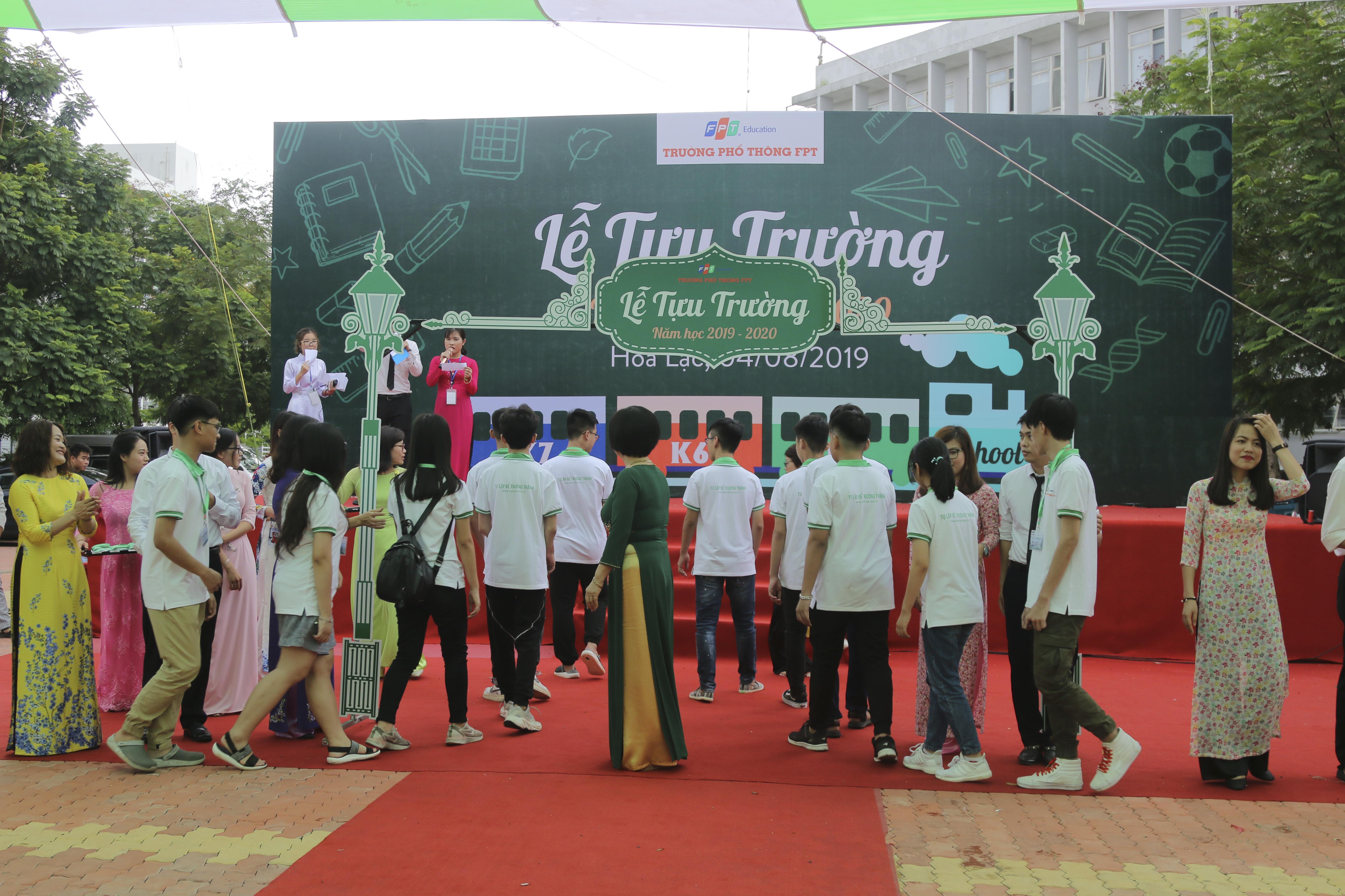 12 học sinh K7 đầu tiên bước qua cánh cổng trường THPT FPT.