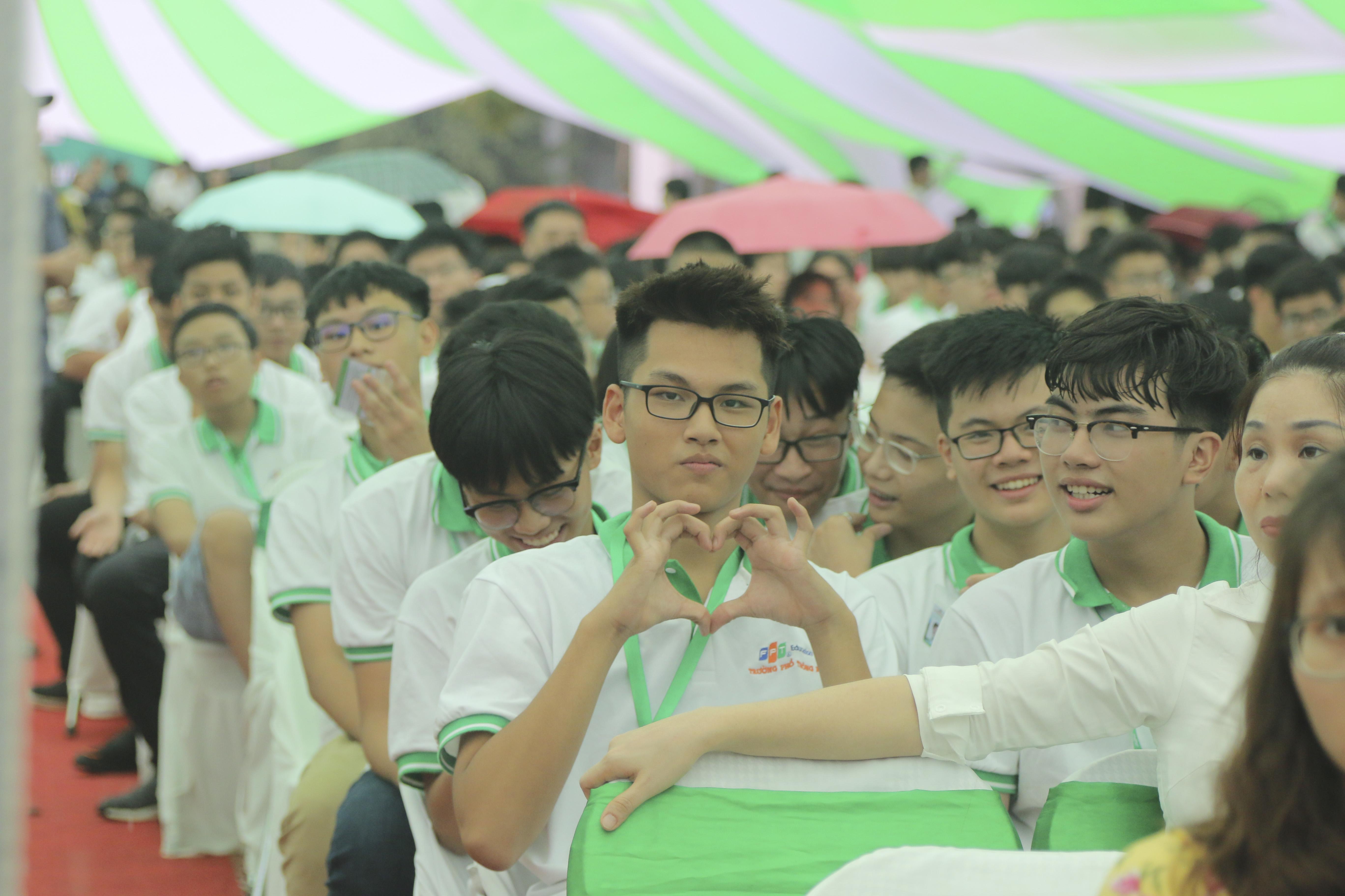 Sau khi hoàn thành thủ tục, học sinh trở về vị trí ghế ngồi đã được xếp sẵn để chờ tới lễ khai giảng. Thời tiết mưa bão cũng không thể ngăn được sự hào hứng của các em.