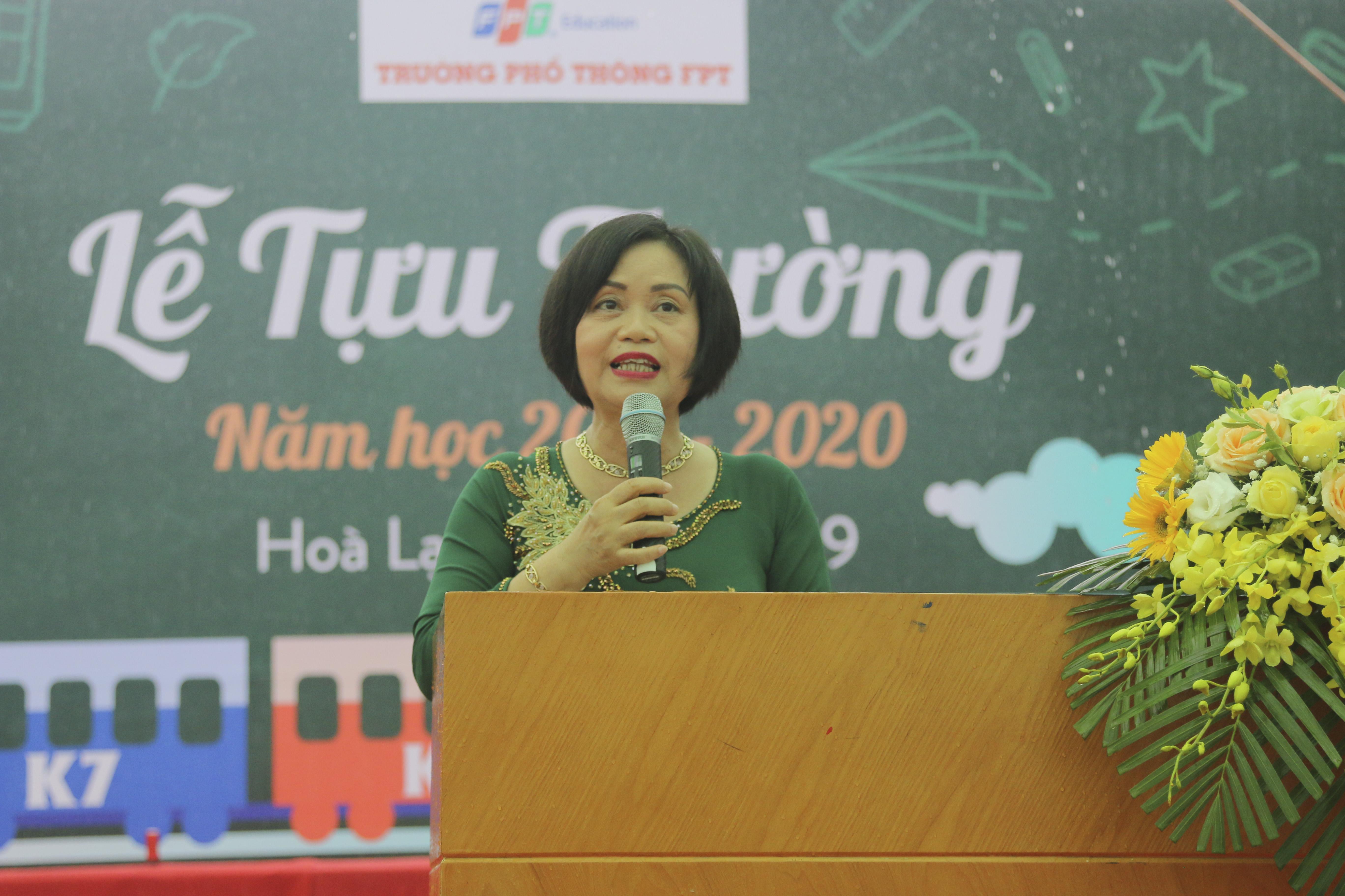 """Kết thúc phần nhập trường, lễ khai giảng diễn ra với phần mở đầu là bài diễn văn của Hiệu trưởng Nguyễn Thị Tân. Trong bài phát biểu, cô Tân nhắc đến cuộc cách mạng công nghệ 4.0 đang diễn ra với tốc độ thần tốc. Nó đã, đang và sẽ tạo ra đổi thay vô cùng lớn lao trong mọi lĩnh vực của đời sống xã hội mà ở đó, giáo dục phải đương đầu và đi tiên phong trong cuộc cách mạng này. """"THPT FPT xác định phải luôn đổi mới, sáng tạo. Người thầy trở thành người huấn luyện, cống hiến. Người học phải học tập, trải nghiệm và xây dựng nền tảng học thường xuyên, học suốt đời dựa trên 4 trục của triết lý giáo dục: Học để biết, học để làm, học cách sống với người khác và học để khẳng định mình. Đây vừa là nhiệm vụ, vừa là mục tiêu trọng tâm trong hoạt động dạy và học của nhà trường nhằm đáp ứng công cuộc đổi mới căn bản và toàn diện nền giáo dục Việt Nam hiện nay"""", người đứng đầu THPT FPT nhấn mạnh."""