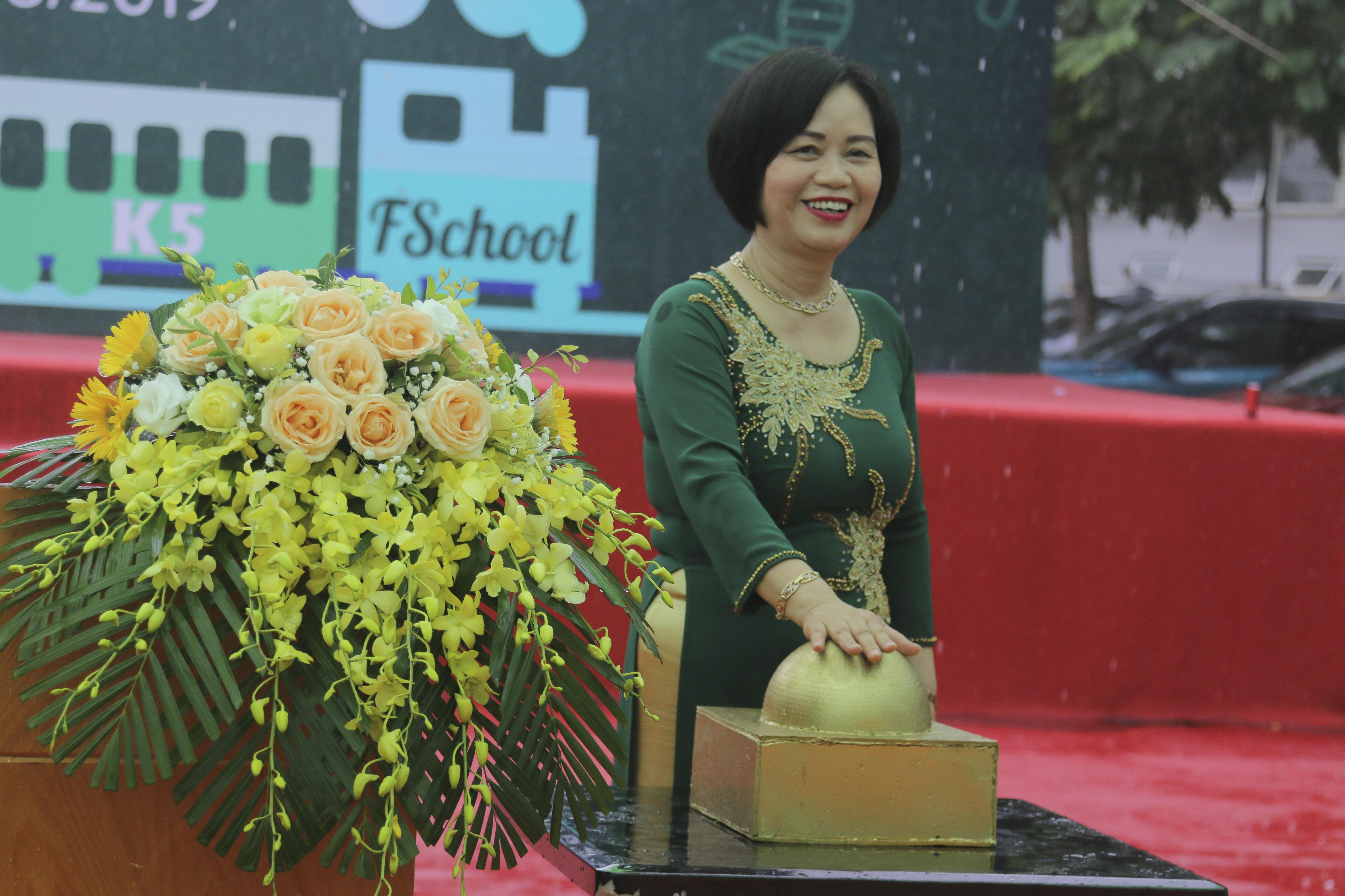 Sau bài diễn văn khai giảng, Hiệu trưởng Nguyễn Thị Tân tiến hành nghi thức nhấn chuông báo hiệu một năm học mới bắt đầu với nhiều niềm tin và hy vọng.