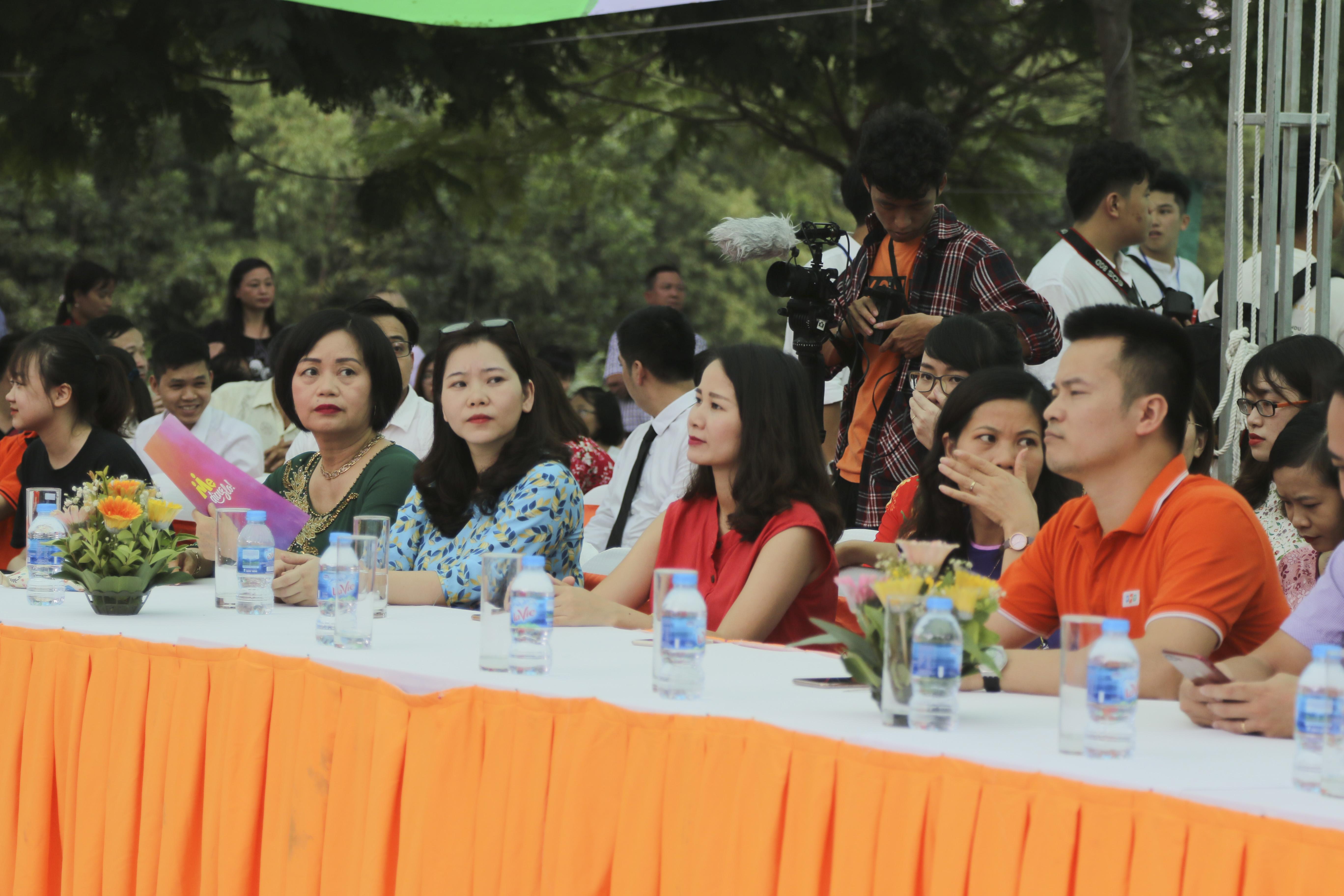 Buổi lễ có sự tham dự của Hiệu trưởng THPT FPT Nguyễn Thị Tân, Trưởng ban Tuyển sinh ĐH FPT Nguyễn Hùng Quân, đại diện đến từ ĐH Swinburne (Việt Nam) cùng các thầy cô giáo, phụ huynh và toàn bộ học sinh K5, K6, K7.