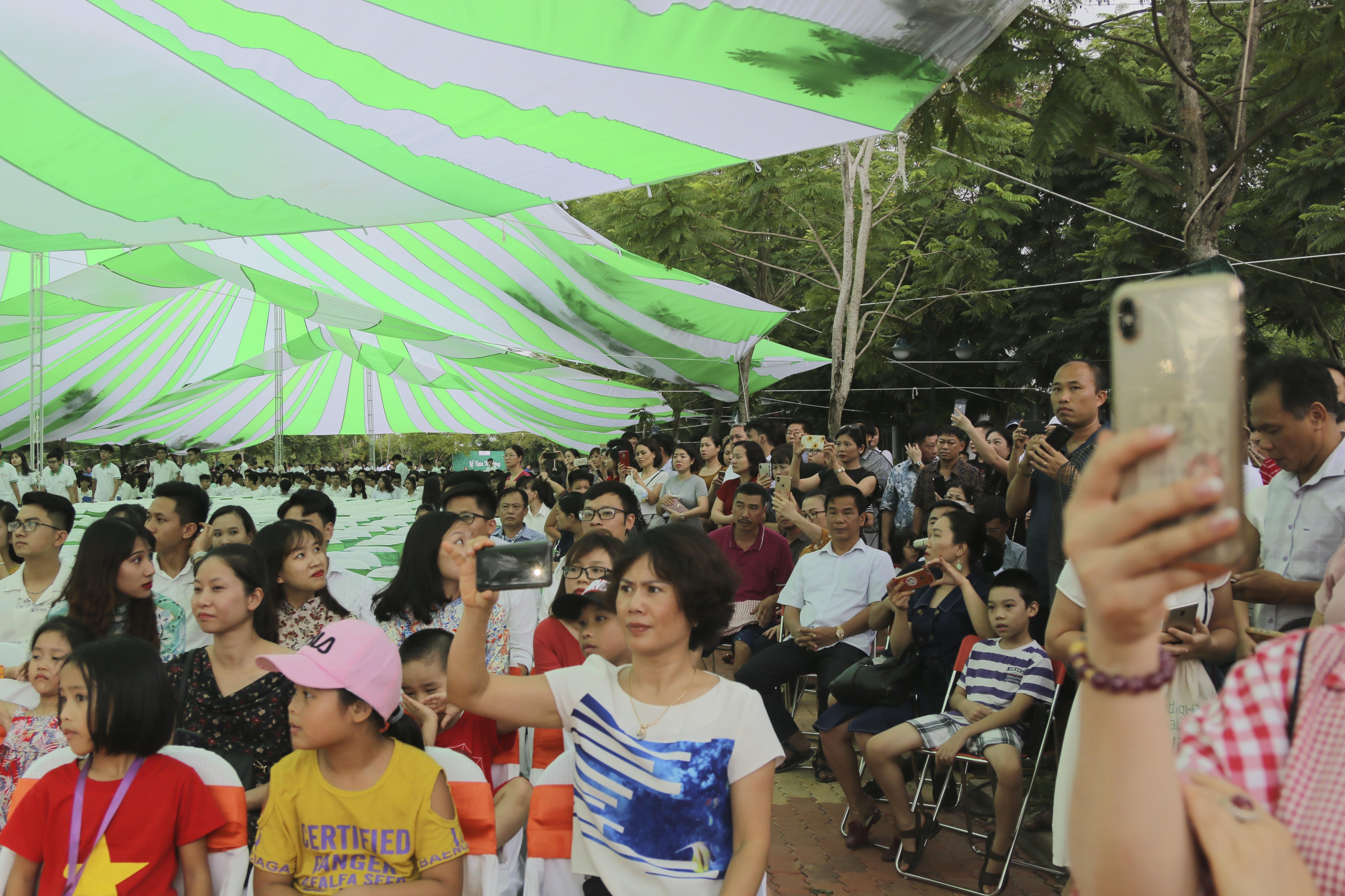 Đông đảo phụ huynh của các học sinh K7 đã có mặt và sẵn sàng lưu lại khoảnh khắc đáng nhớ của con mình trong ngày lễ trọng đại này.