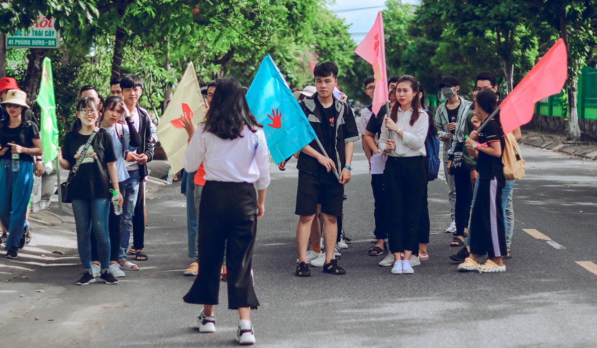 Từ trụ sở ở 137 Nguyễn Thị Thập, quận Liên Chiểu, nhóm sinh viên FPT di chuyển ra khu vực biển Nguyễn Tất Thành để thu gom rác thải. Trong suốt quá trình đi, nhóm luôn mang theo cờ và thực hiện những thử thách từ Ban tổ chức.