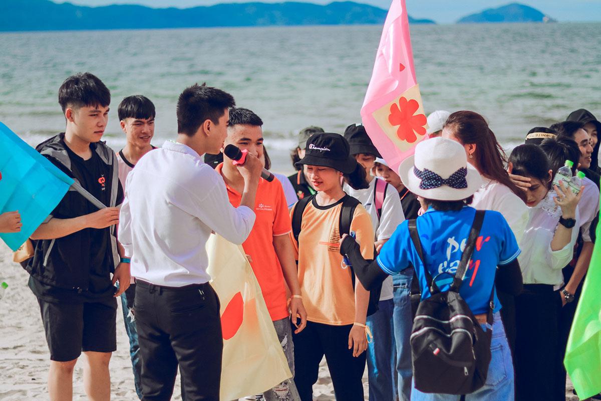 Tại bãi biển Nguyễn Tất Thành, TP Đà Nẵng, các nhóm đã tham gia thử thách dọn sạch khu vực biển trong vòng 20 phút. Nhóm nào có số lượng rác thải nhiều nhất sẽ được ghi nhận và trao tặng những phần quà ý nghĩa.