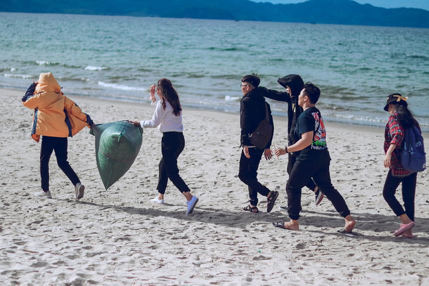 Hoạt động của sinh viên FPT góp phần gìn giữ môi trường xanh sạch đẹp và nét quyến rũ riêng của các biển Đà Nẵng.