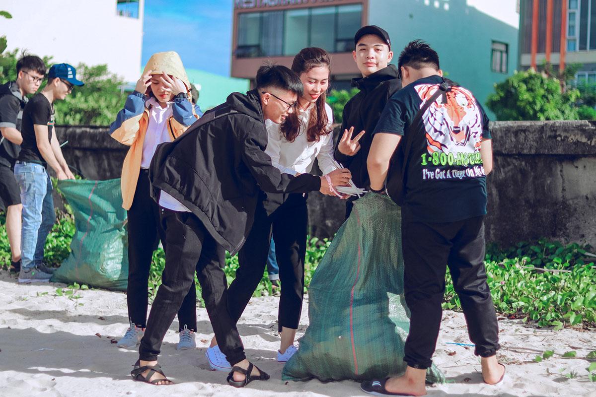 """90 kg rác đã được sinh viên FPT Polytechnic Đà Nẵng thu gom trong chương trình """"Hành trình xanh""""."""