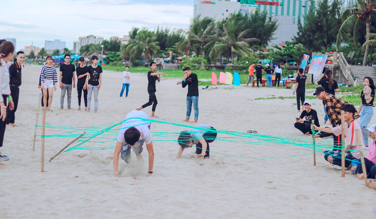 Bên cạnh hoạt động vệ sinh môi trường biển, sinh viên được tham gia các trò chơi teambuilding như rồng rắn lên mây, chuyền giấy, đua thuyền trên cạn, ném bóng nước…