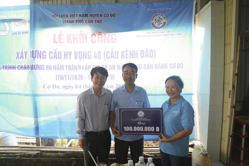 Ông Đỗ Xuân Ngọc, Phó Chủ tịch Công đoàn Bộ Khoa học và Công nghệ (bên trái) hy vọng cây cầu tình thương đến từ tấm lòng của cán bộ, công chức Bộ sẽ mang đến niềm vui cho bà con xã Trung Thạnh.