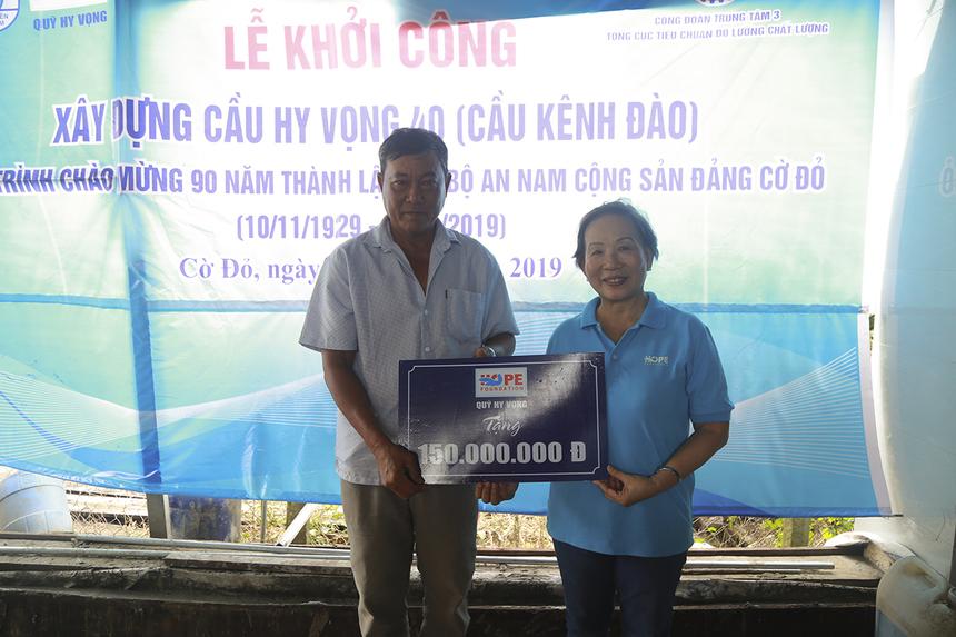 Chị Trương Thanh Thanh trao lại khoản hỗ trợ 150 triệu đồng từ Quỹ Hy vọng và Bộ, tương đương với 50% chi phí dự kiến xây dựng cầu Kênh Đào mới.