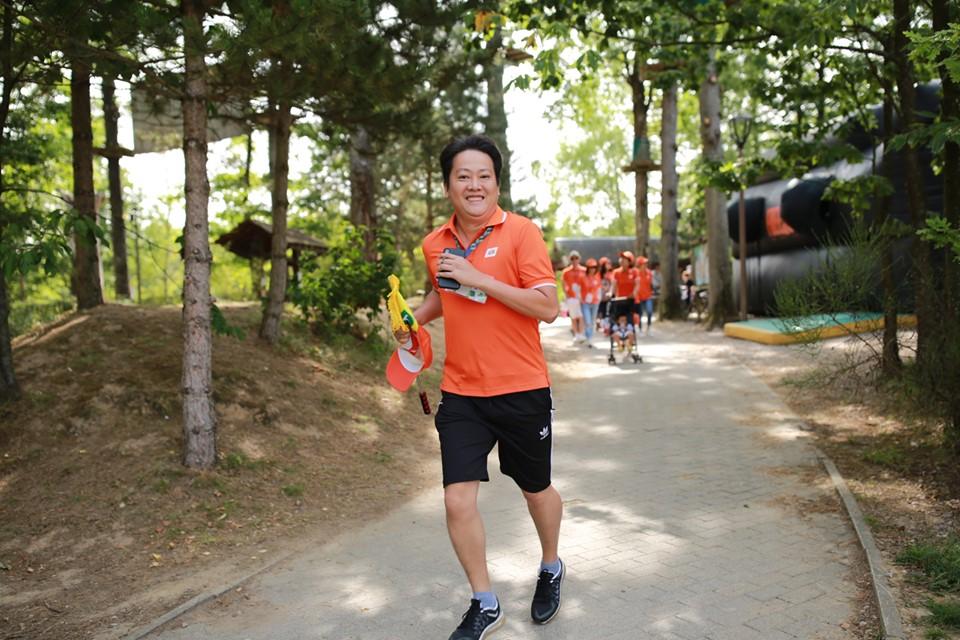 CEO FPT Pháp Ngô Duy Khang cầm cờ chạy dẫn đầu đoàn. Nhiệt độ ngoài trời lúc này khoảng 21 độ C. Trong thời tiết mát mẻ, người FPT vừa chạy bộ vừa ngắm vẻ đẹp tự nhiên.