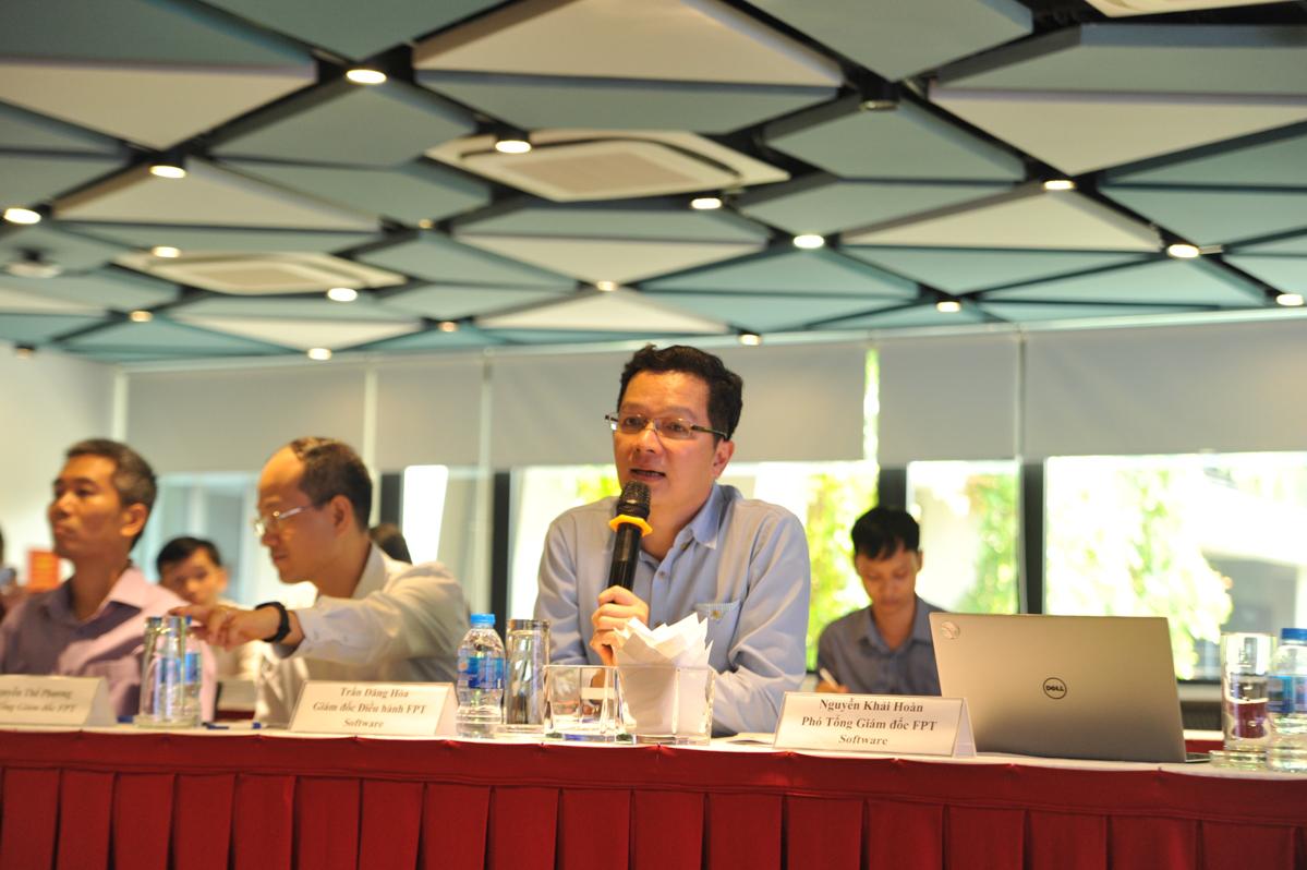 COO FPT Software Trần Đăng Hoà trả lời các câu hỏi liên quan đến mảng phần mềm. Theo anh, hiện tại Trung Quốc không còn là đối thủ của Việt Nam mà sẽ trở thành thị trường nhiều cơ hội cần được khai mở. 2 năm trước, FPT mở chi nhánh tại Trung Quốc, trong tương lai đây là một thị trường lớn, tiềm năng cho FPT Software.