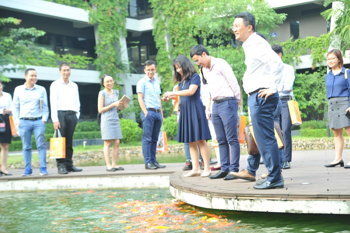 Tại đầu cầu Hà Nội, nhà đầu tư thích thú với hồ cá tại F-Ville trước khi trải nghiệm Utop tại khu dịch vụ.