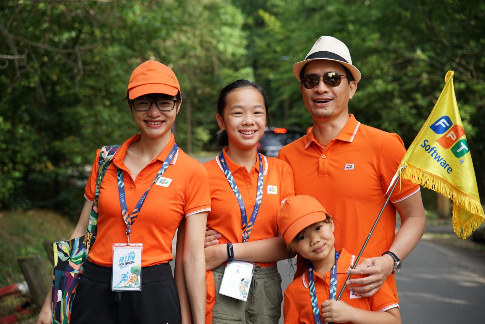 Nhiều CBNV đưa gia đình tham gia chạy. VĐV nhỏ tuổi nhất là 22 tháng tuổi. Tổng cộng 29 người cùng tham gia giải chạy. Ảnh gia đình chị Trần Việt Linh tham gia Run For Green.