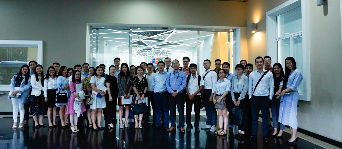 Nhà đầu tư và đại diện FPT chụp hình lưu niệm trước khi tham quan và trải nghiệm công nghệ mà FPT Software đang phát triển.