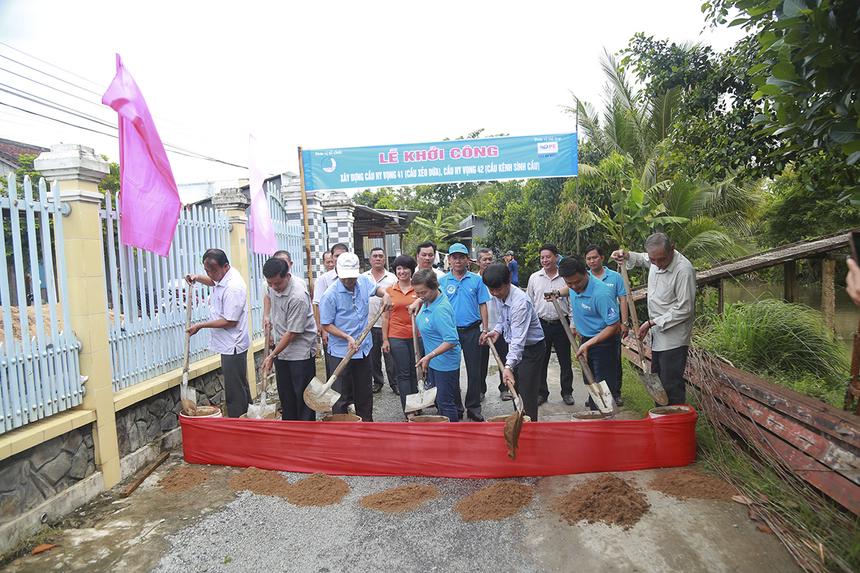 Chủ tịch Quỹ Hy vọng - chị Trương Thanh Thanh cùng đại diện Bộ Khoa học - Công nghệ, Ngân hàng Bắc Á chi nhánh Cần Thơ và chính quyền địa phương tiến hành động thổ xây dựng cầu Sình Cầu.