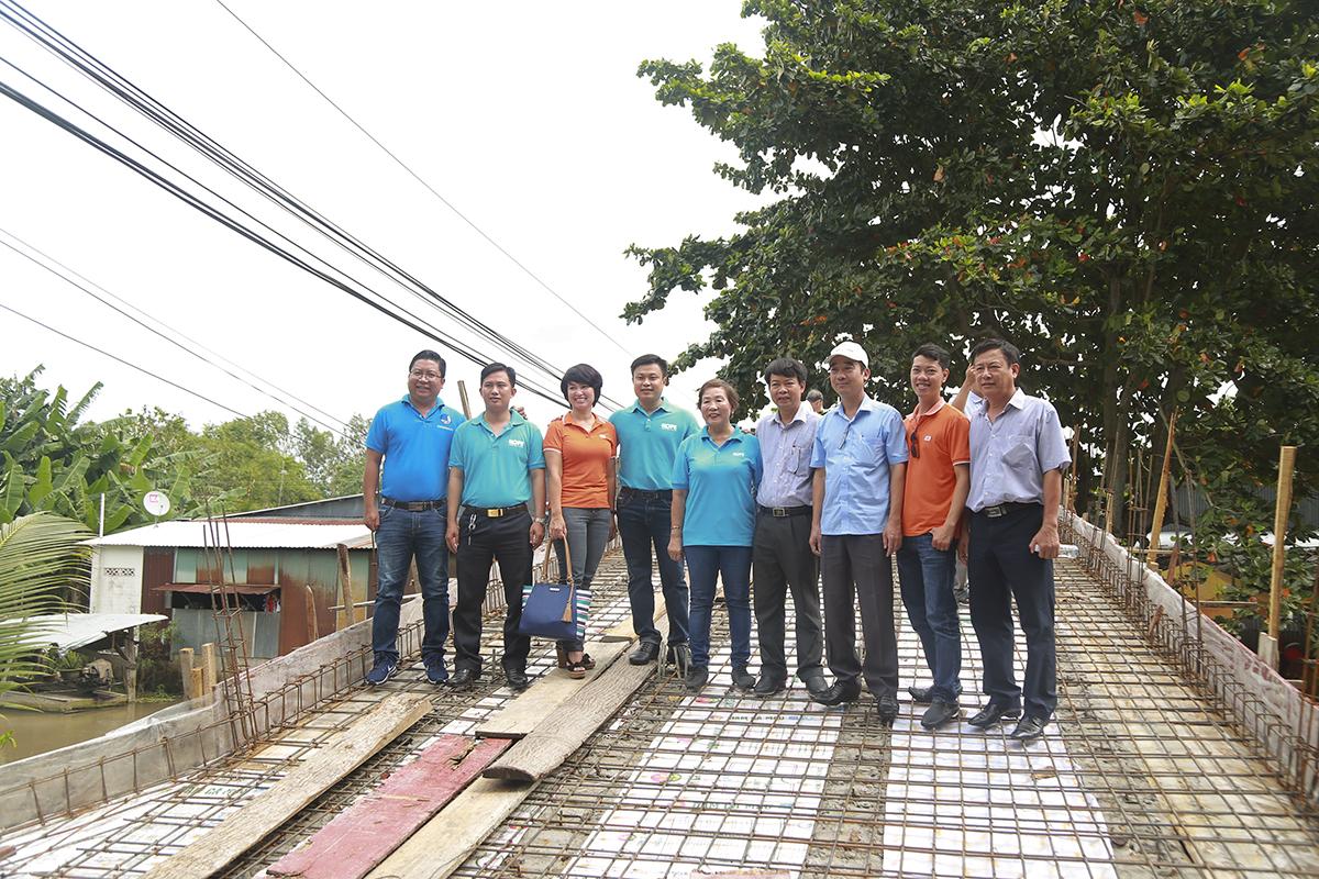 Cây cầu Xẻo Dứa do bà con ấp Thạnh Phước ứng tiền trước để xây dựng hiện đã cơ bản hoàn thành 80% hạng mục thi công, còn chờ rải nền và xây thành cầu sẽ khánh thành.