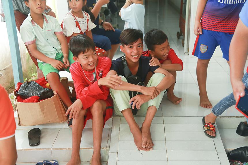 Em Nguyễn Hoàng Phúc, học sinh lớp 8 trường THCS Trung Thạnh 2 cùng bạn bè vui mừng không ngớt vì giờ đây đã không còn lo té ngã xuống kênh mỗi khi đến trường vào những ngày mưa trơn trượt như khi còn đi trên cây cầu gỗ.