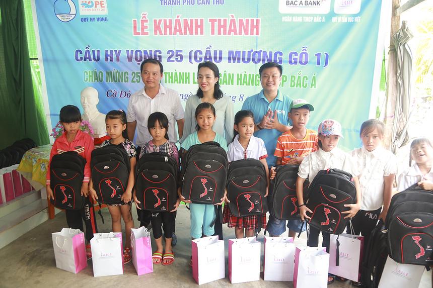 Nhân dịp khánh thành cầu, Ngân hàng Bắc Á và Quỹ Vì tầm vóc Việt cũng dành tặng 10 phần quà gồm balo và sữa cho các em học sinh có hoàn cảnh khó khăn trong ấp Thạnh Lộc.