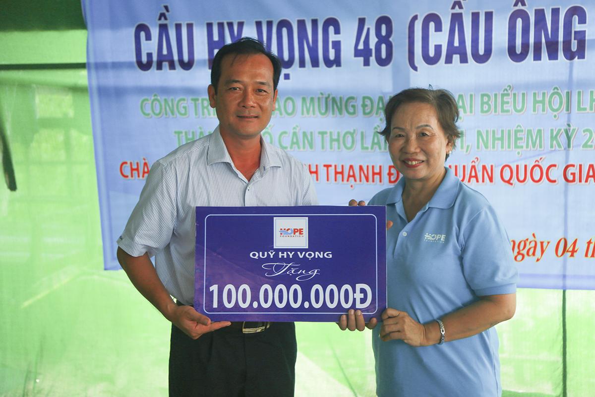 Trong ngày 4/8, Quỹ Hy vọng còn trao tặng 100 triệu đồng cho đại diện xã Vĩnh Bình (huyện Vĩnh Thạnh, TP Cần Thơ) để tiến hành khởi công xây dựng cầu Ông Hai Rô (Hy Vọng 48).