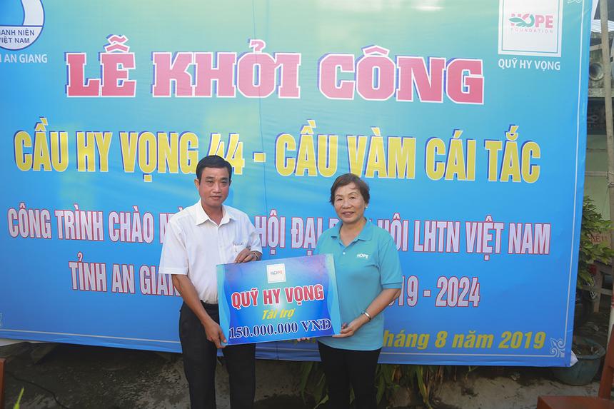 Sáng ngày 5/8, chị Trương Thanh Thanh đã trao bảng tượng trưng trị giá 150 triệu đồng cho đại diện thị trấn Phú Mỹ (huyện Phú Tân) để xây dựng cầu Hy Vọng 44 bắc qua Vàm Cái Tắc.