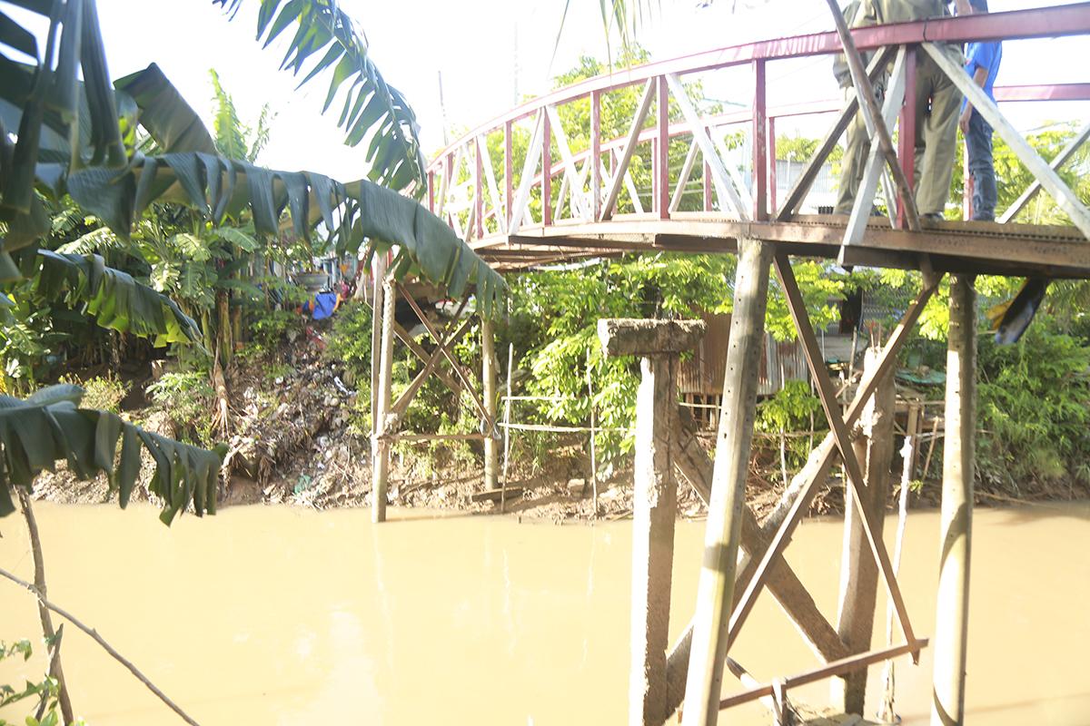 Cầu Vàm Cái Tắc được xây dựng và tu bổ nhiều lần trong hơn 10 năm qua, hiện đã xuống cấp trầm trọng. Cây cầu nằm ở vị trí ngã ba sông, thường có tàu bè qua lại nên kinh phí thi công dự kiến lên đến gần 700 triệu đồng. Chân cầu chỉ được làm mong manh bằng những trụ điện.