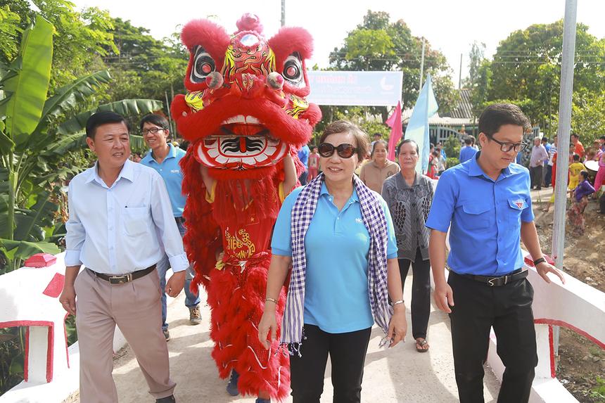 Cầu Hy Vọng 26 cũng ghi nhận số tiền từ thiện đến từ nhiều người dân khi có những gia đình như: ông Trần Văn Khanh (30 triệu đồng), Nguyễn Văn Chuồng (20 triệu đồng), Ngô Văn Dũng (10 triệu đồng) đóng góp tự nguyện vào kinh phí xây dựng cầu.