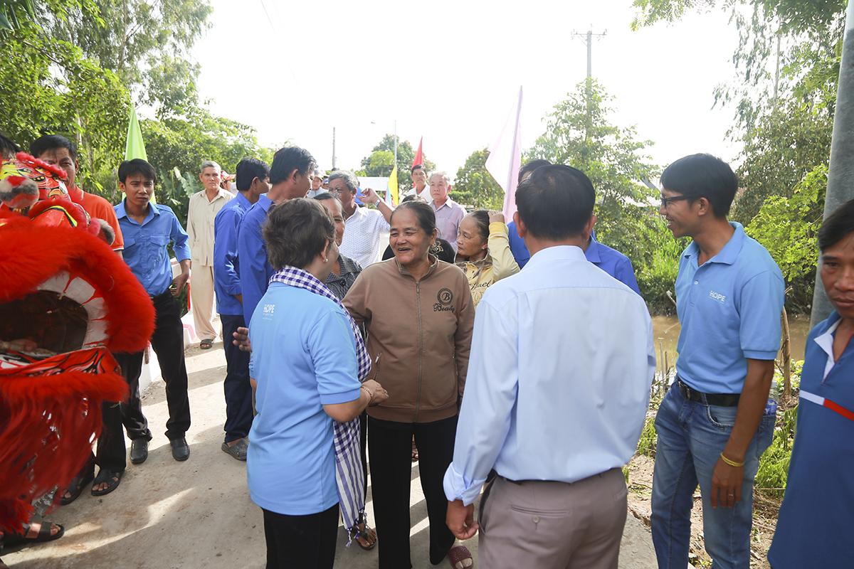 Cũng trong ngày 5/8, Quỹ Hy vọng tiếp tục khánh thành và khởi công thêm 8 cây cầu khác ở huyện Chợ Mới, TP Long Xuyên và huyện Thoại Sơn (tỉnh An Giang).