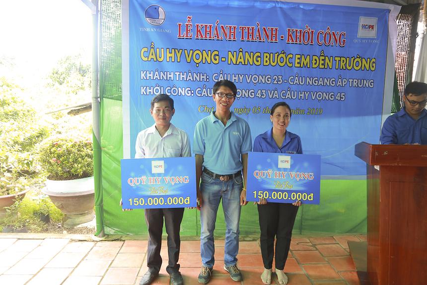 Anh Nguyễn Tiến Danh, Giám đốc dự án Nâng bước em đến trường của Quỹ Hy vọng, trao bảng tượng trựng với tổng số tiền 300 triệu đồng cho chính quyền xã Mỹ Hiệp (huyện Chợ Mới) để xây dựng cầu Hy Vọng 43 và 45.