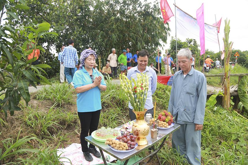 Chị Trương Thanh Thanh cùng bà con xã Mỹ Hiệp làm lễ cúng thổ thần trước khi động thổ khởi công xây dựng cầu Ngọn Đình Trong (Hy Vọng 45) với kinh phí dự kiến gần 300 triệu đồng với chiều dài hơn 25m, rộng 4,5m.