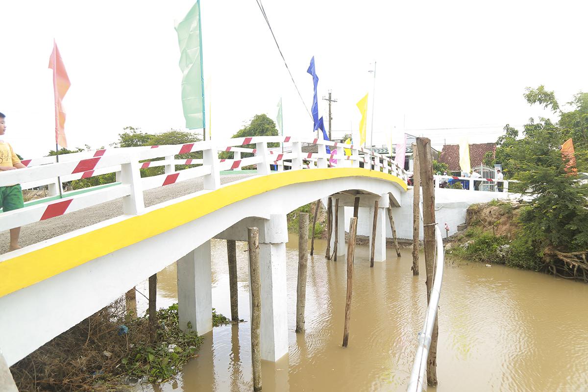 Cầu Hy Vọng 29 thuộc xã Kiến Thiết (huyện Chợ Mới) có chiều dài 30m, rộng 4,5m, độ thông thuyền 5m, được nhân dân trong xã và đội xây cầu từ thiện hoàn thành trong vòng hơn 60 ngày.