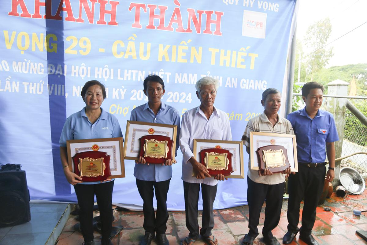Trong dịp này, UBND tỉnh An Giang đã tặng bằng khen và kỷ niệm chương cho Quỹ Hy vọng về những đóng góp cho sự phát triển của địa phương, trong công cuộc xây dựng Nông thôn mới.