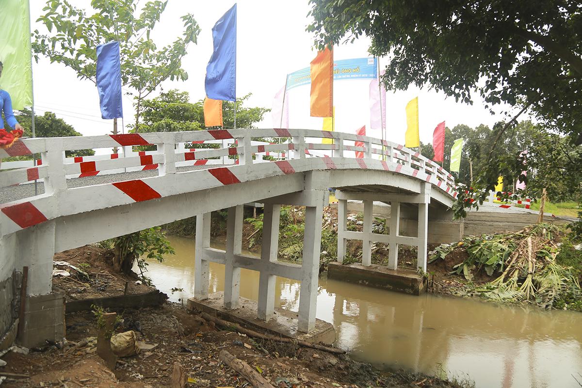 Cầu Hy Vọng 28 có chiều dài 25m, rộng 3,5m, độ thông thuyền 4m với tổng kinh phí hơn 478 triệu đồng. Trong khi số tiền vận động quyên góp lên đến hơn 559 triệu đồng cùng 700 ngày công lao động miễn phí.