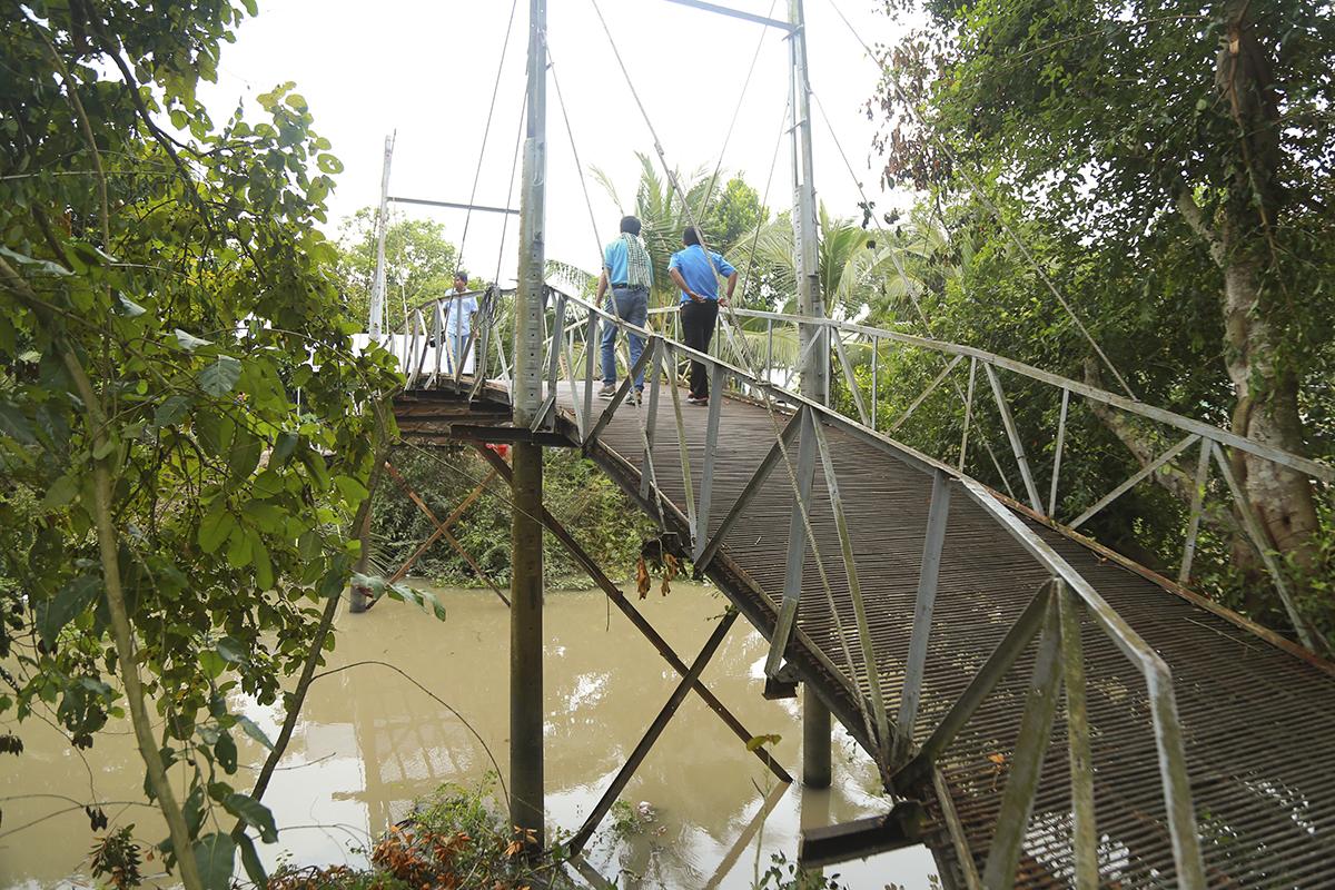 Trong số 5 cây cầu được khởi công trong đợt này ở An Giang, huyện Thoại Sơn - một trong những huyện xa xôi nhất của tỉnh có hai cây cầu được hỗ trợ của Quỹ Hy vọng là cầu Ba Thử và cầu Ngã Ba Tề Thiên.